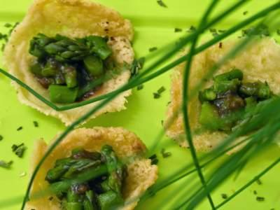 Cestini di parmigiano agli asparagi e aceto balsamico di Modena Igp