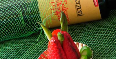 Fragole con punte di asparagi all'Aceto Balsamico di Modena igp rosso